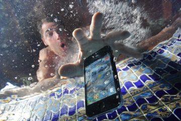 Meu telefone caiu na água e agora apenas vibra.Como consertá-lo?