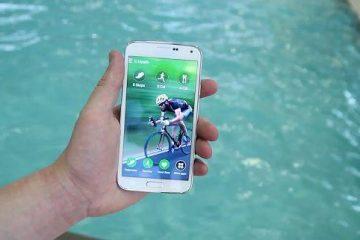 É resistente à água o Samsung Galaxy J1? Posso imergir meu celular?