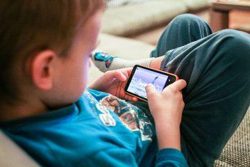 Qual é a idade recomendada para comprar um celular para seus filhos?