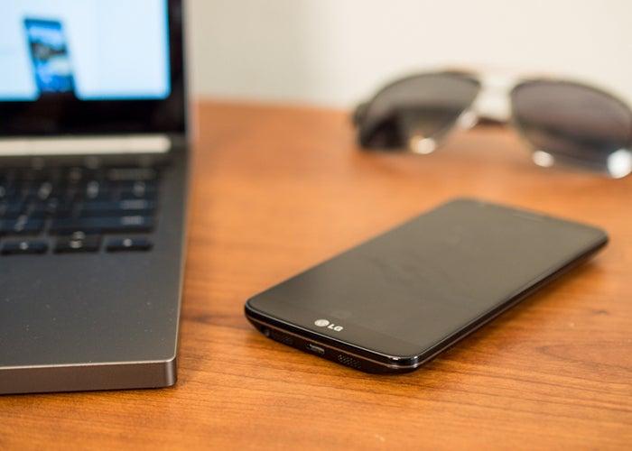 LG G2 ao lado de um laptop